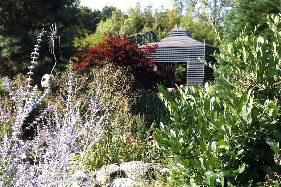Versteckter Pavillion - für dieses Arrangement stand der englische Landschaftsgarten Pate.