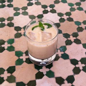 Tumbler-Glas mit Eiskaffee - ein Getränk für lange und heiße Sommernächte