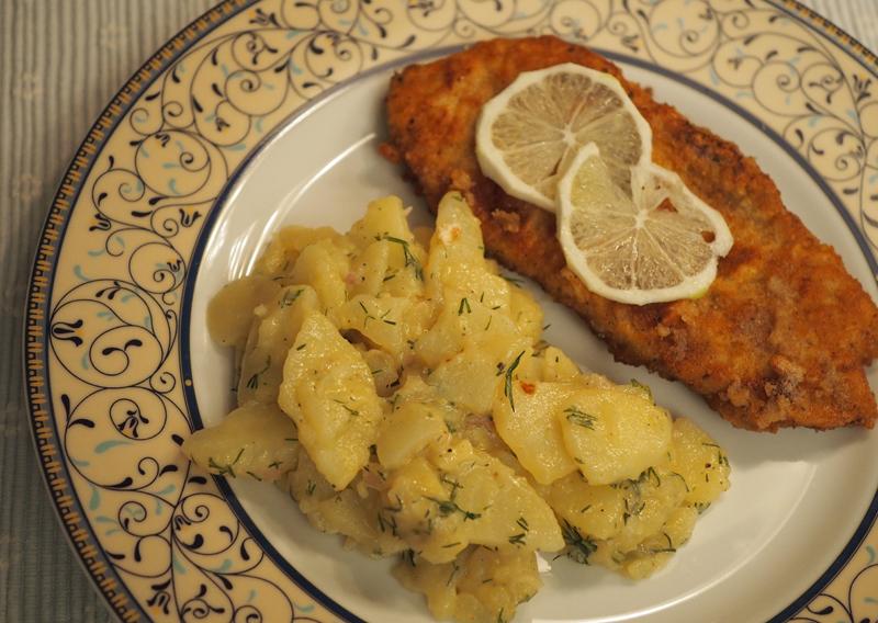Schwäbischer Kartoffelsalat und paniertes Schweineschnitzel