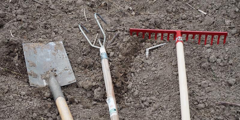 Gartengeräte zur Bodenbearbeitung im Frühling