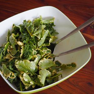 Eine Salatschüssel Kohl mit Marinade